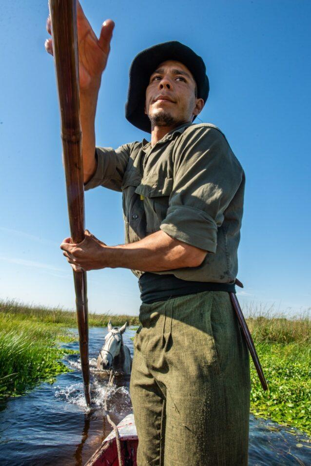 ゴンドラの船頭もつとめる湿地帯ガイド。