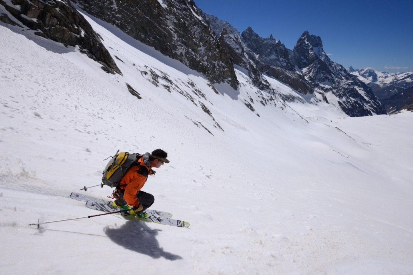 ラメイジェ縦走の初日、ジャン・シャルル・ボンシニョーレはセレ避難小屋を目指して滑る。フランス、ラグラーヴにて。写真:ベネッサ・ビウカー