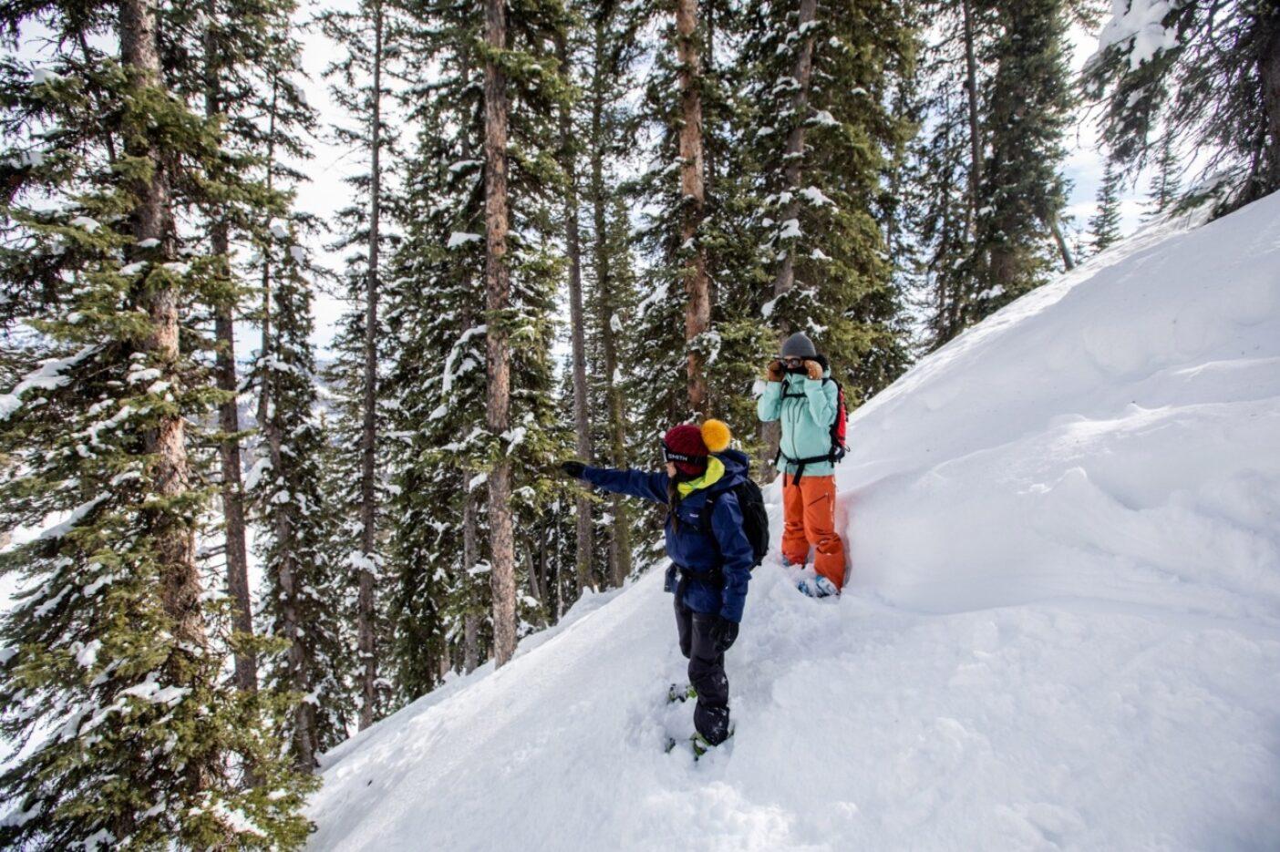エミーレ・ズィノビアに隠れたラインを示しながらジャンプを指示するシーナ・ダムサニア。ワイオミング州にて。写真:ソフィア・ジャラミロ