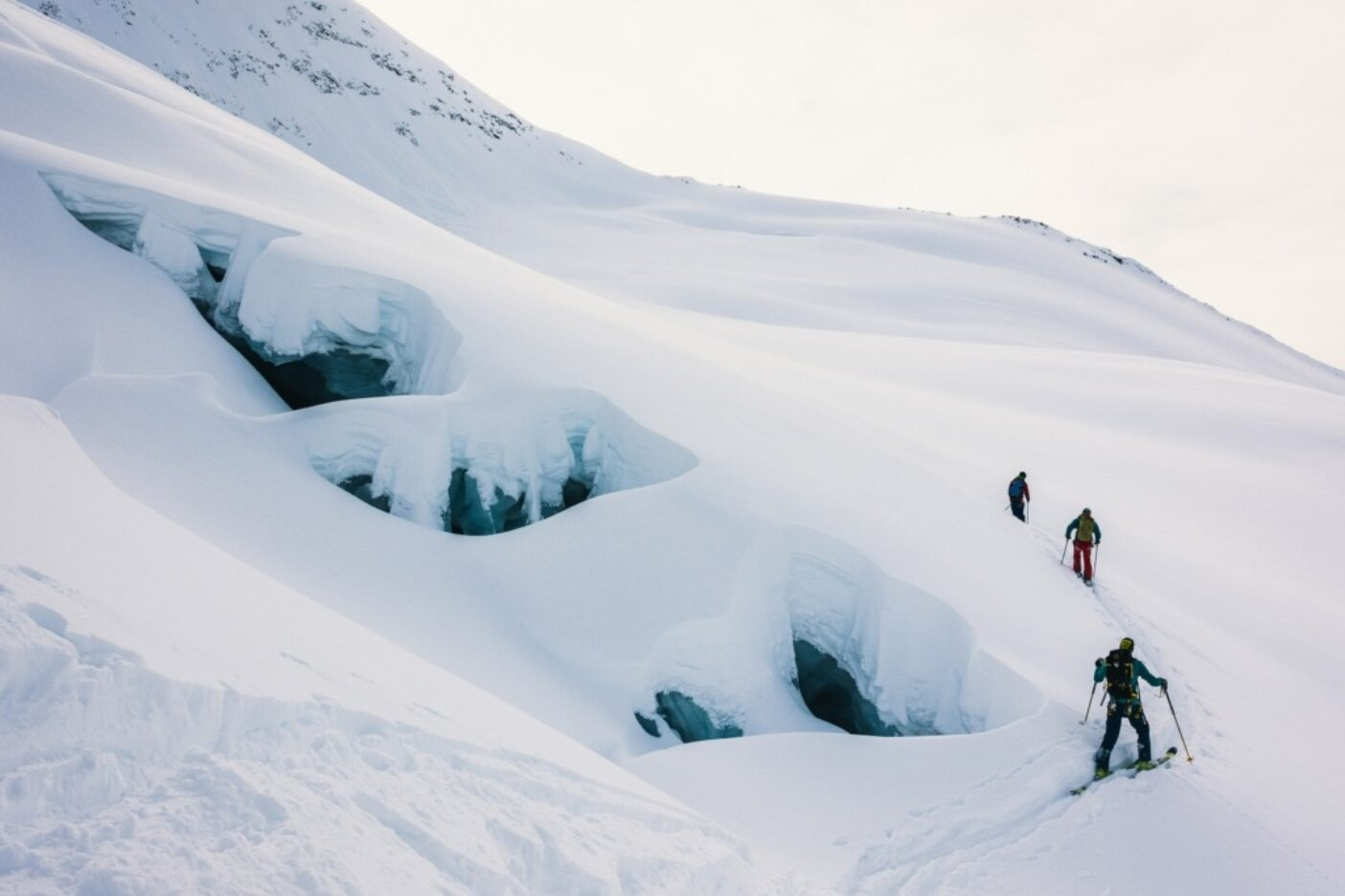 """地元ガイドの3人組トミー・ロイ・アギロ、フアン""""ピパ""""ラセーリ、ロベルト""""インディオ""""トリューが、チャルテン山域で最も人気のあるスキーゾーン、セロクレストンの側面をラッセルする。もちろん「人気」と言っても、スキーコミュニティの地元メンバーは総勢30人程度である。サンタクルス州、アルゼンチン 写真:マシュー・タフツ"""