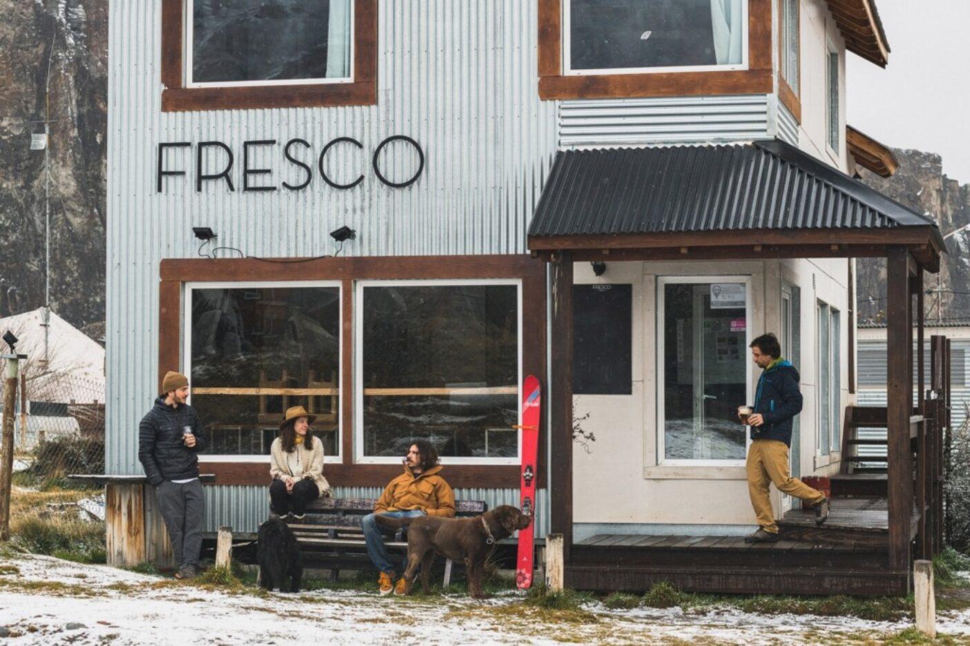 チャルテンのアフタースキー:バー「フレスコ」のオーナー、ガズマンと友人らは、昼下がりのIPAを片手に、この村のゆったりとした冬を楽しむ。日が短い間はそれに合わせてハッピーアワーも数時間繰り上がる。アルゼンチン 写真:マシュー・タフツ