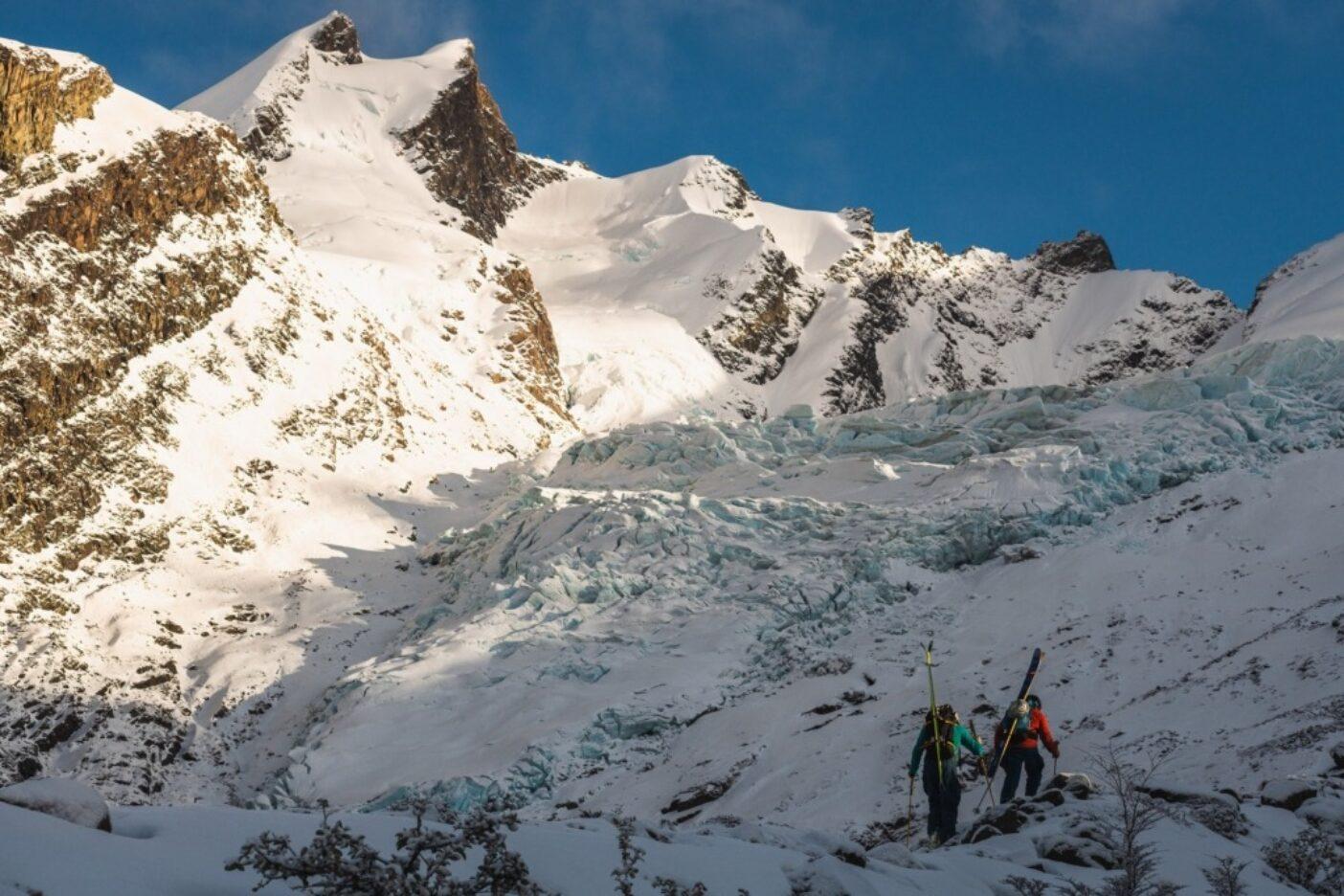 """モレーン地形だ。さあ、みんな続け!地元ガイドのトミー・ロイ・アギロとフアン""""ピパ""""ラセーリは、セロヴェスピニャーニへのアプローチの途上、氷河が削り出した天国への階段を急ぐ。アルゼンチン、サンタクルス州 写真:マシュー・タフツ"""