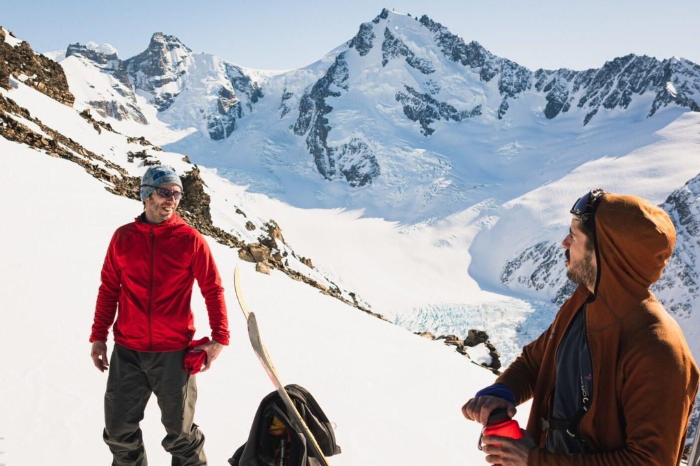 モスキート谷への滑降前、地元クライマーのアルハンドロと話すオーデル(左)。オーデルは地元ガイドであり、チャルテンのスキーコミュニティの「ゴッドファーザー」だ。アルゼンチン、サンタクルス州 写真:マシュー・タフツ