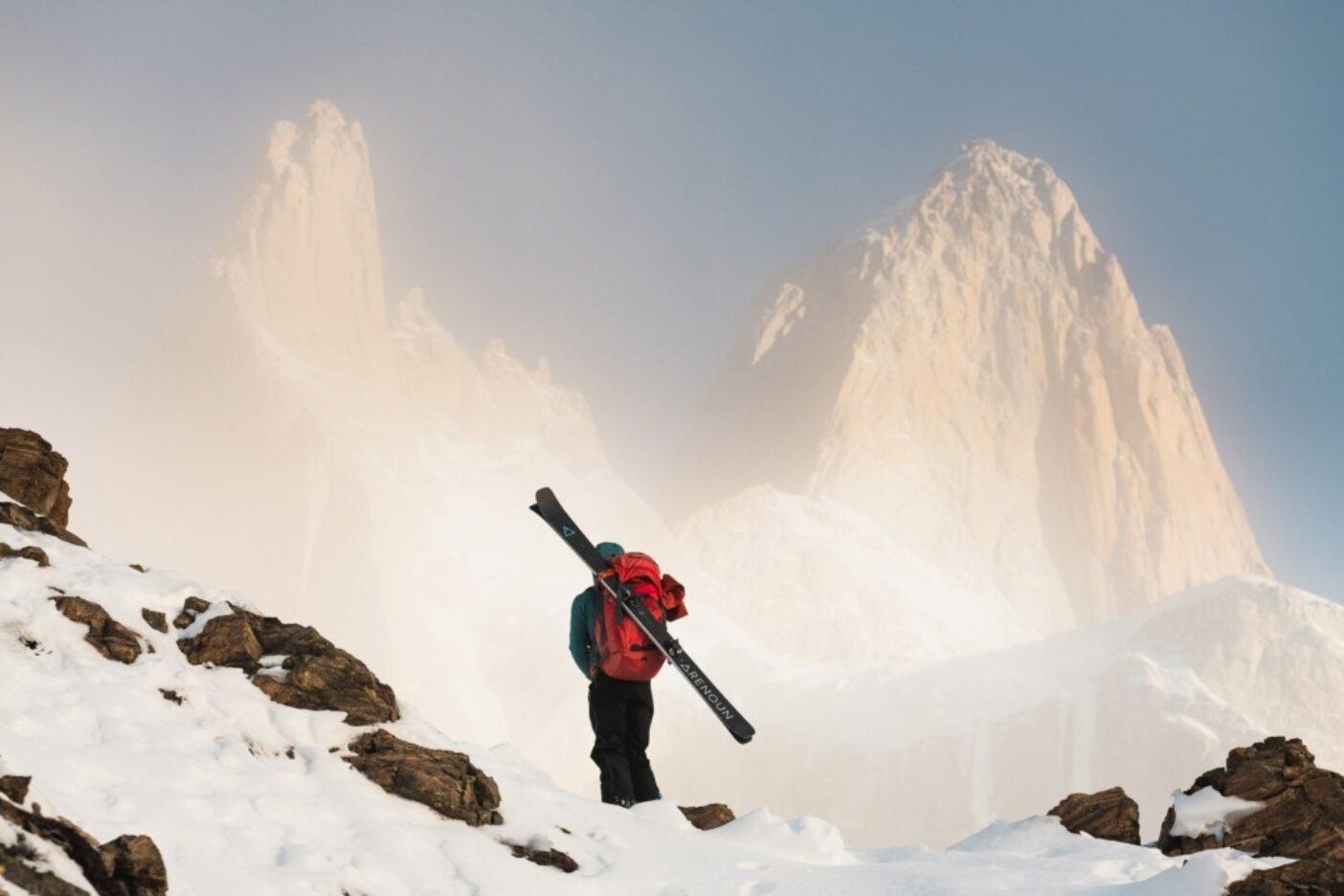 地元民マーリン・リプシッツは、ロス・グラシアレス国立公園に畏怖を感じて立ち止まる。この雲は被写体としては効果的だが、このせいでテチャドネグロの北回廊は弾丸も通さないほど固いスケートリンクだった。パタゴニアでは常に天候が最終決定権を握る。アルゼンチンにて。写真:マシュー・タフツ