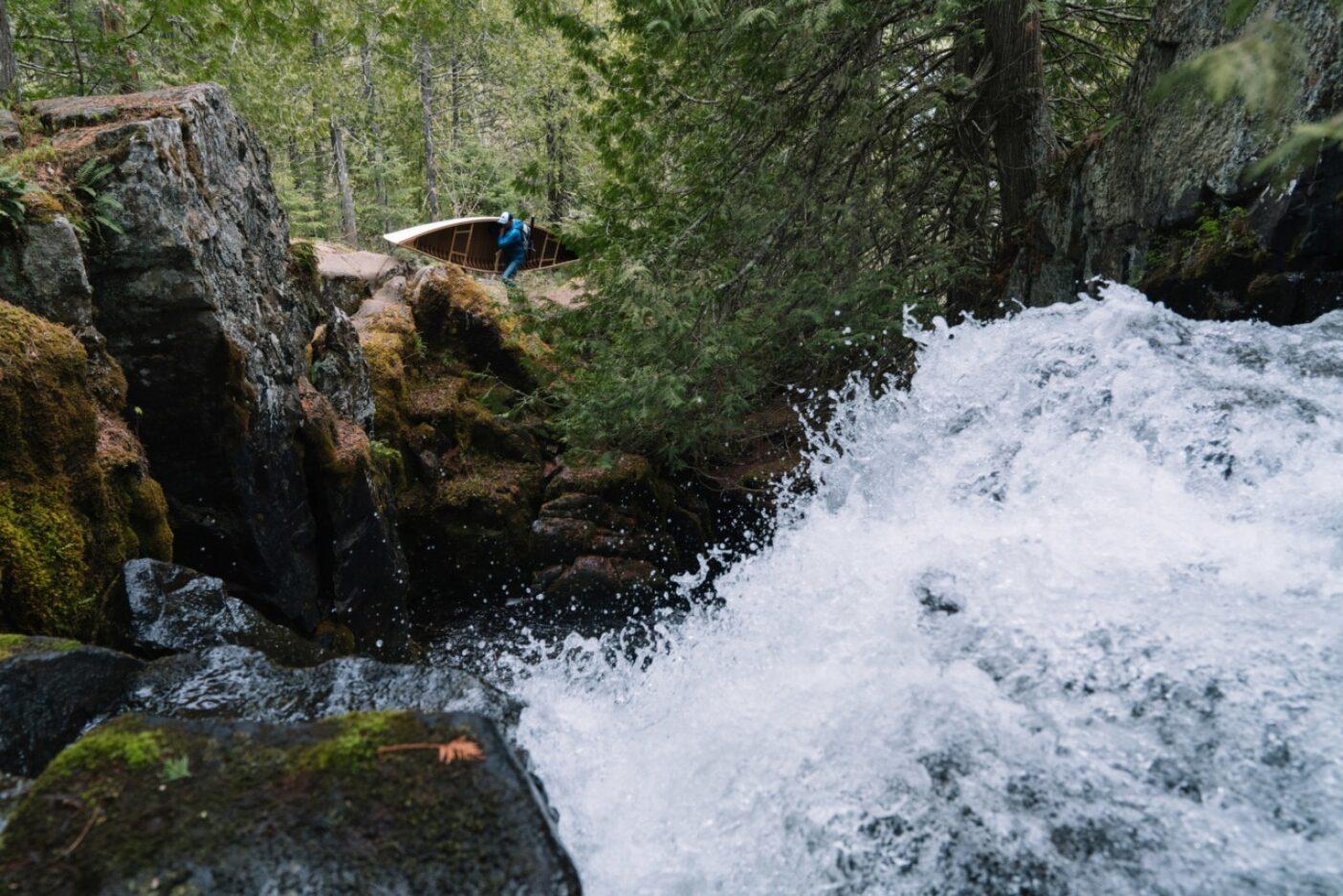下ることができないときは迂回するしかない。バウンダリー・ウォーターズ・カヌー・エリア・ウィルダネスの釣りのできない岩瀬を飛ばして進む著者。Photo : TONY CZECH