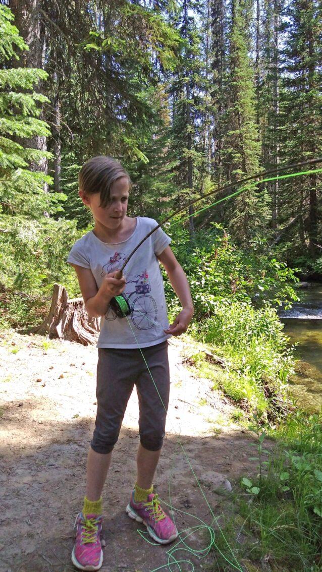 「こうするんだ。」父から2、3のアドバイスを受け、完璧なアダムスパラシュート・フライを選択し、レーザービームのようなキャストを放ち、8歳のノミは初めてブルックトラウトを釣り上げる。オレゴン州ワラウア山脈の小川にて。写真:ジョン・ラリソン