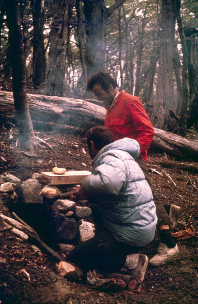 食料が少なくなり、何よりも切望していたのがパンだった。焼きたてのパンを缶詰のヨーロピアンバターと一緒に!1968年、フィッツ・ロイのベースキャンプ Photo : Chris Jones