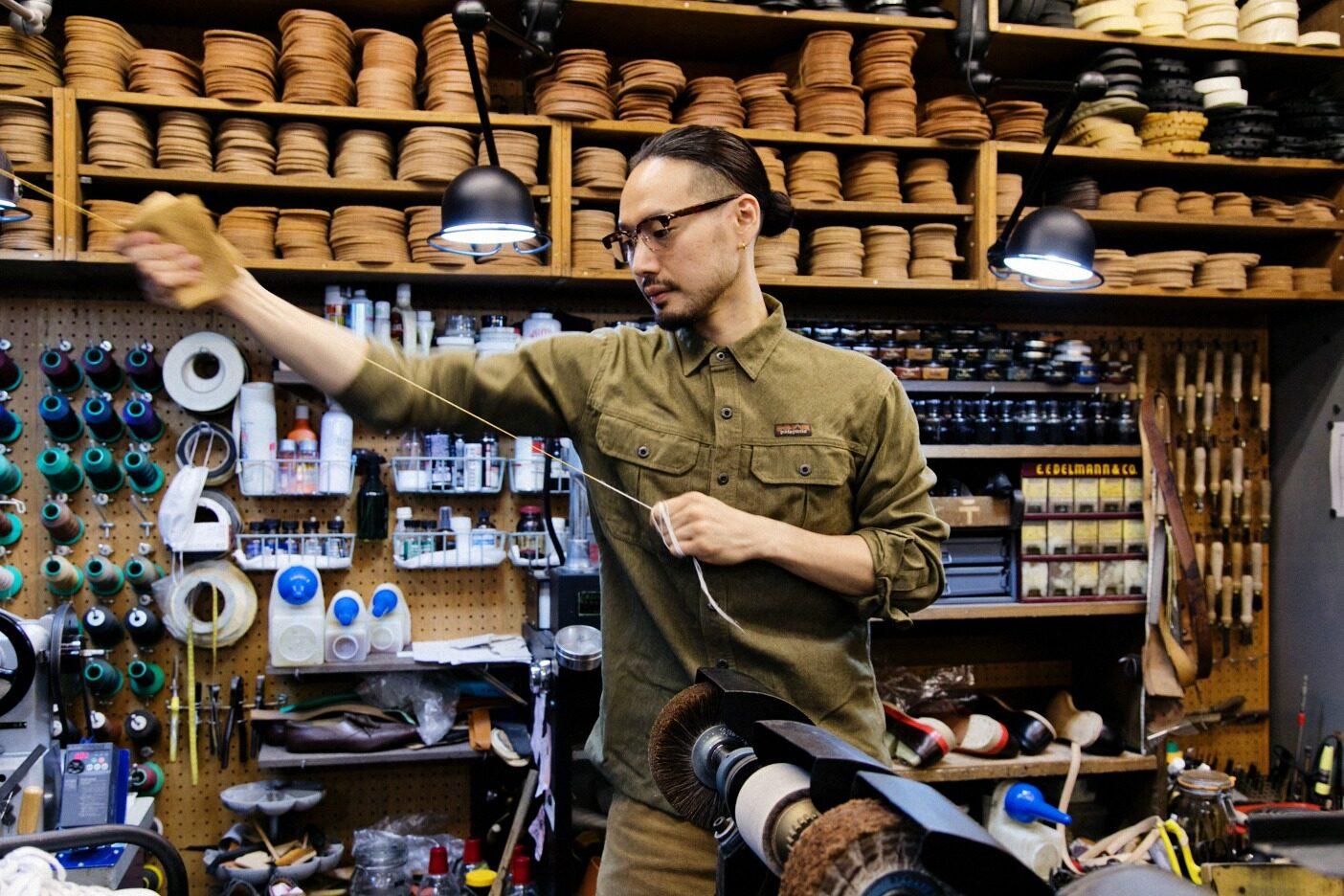 修理する靴に合わせ、麻糸を縒って松ヤニを塗った手製糸を作るところから作業が始まる。写真:五十嵐 一晴