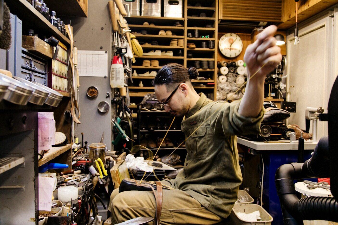 松ヤニでコーテイングした糸を、摩擦熱を利用して手縫いすることでアッパーとウェルトを接着させる。写真:五十嵐 一晴