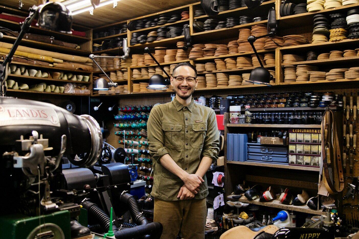 「ハドソン靴店」のユニフォームであるワークウェアに身を包んだ村上さん。写真:五十嵐 一晴