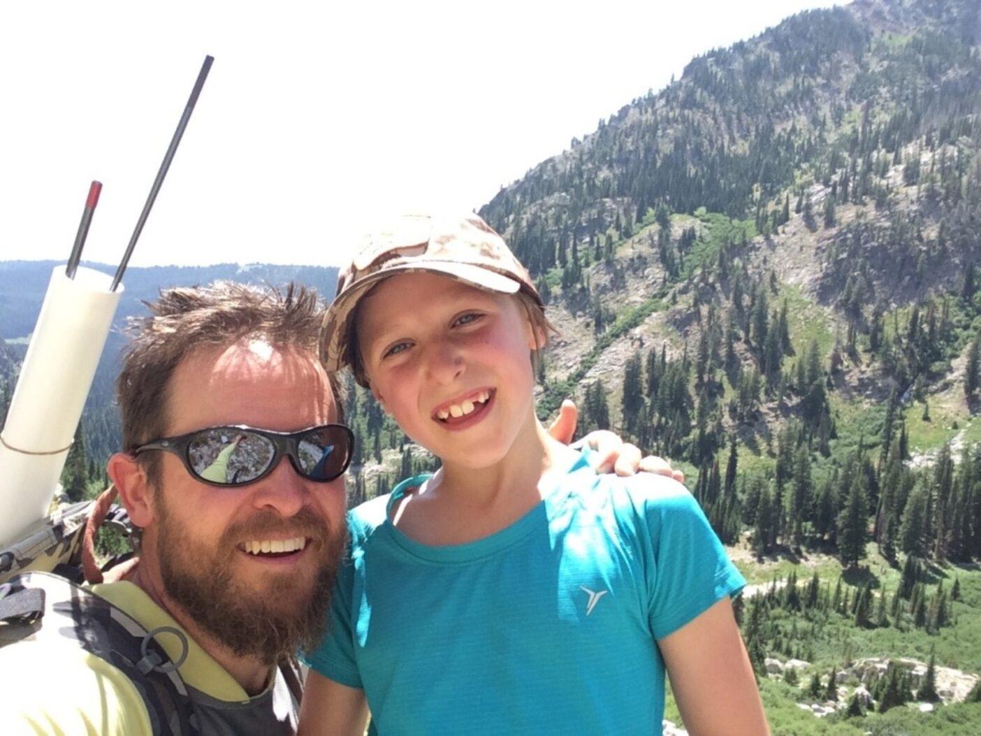オレゴン州ワラウア山脈での親子フライフィッシングの道中、著者と娘は笑顔で自撮り写真に納まる。写真:ジョン・ラリソン