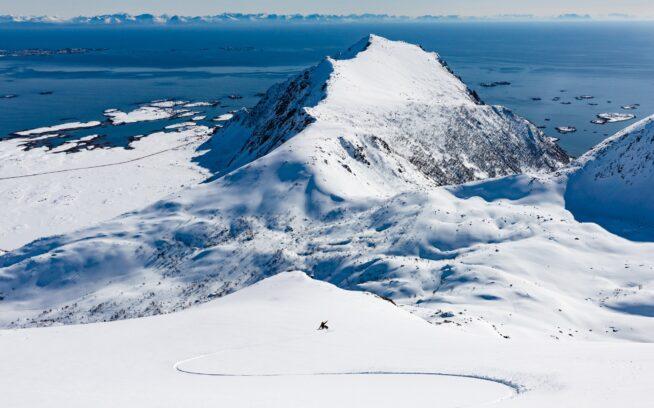 北ノルウェーで、オーム(岡田修)は顔を上げ、大きくターンする。それは景色を見るためだ。Photo : ANDREW MILLER