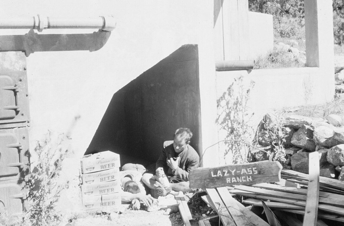 焼却炉を片付け、そこに住み、ティトン山脈でひと夏を過ごした。1958年、ワイオミング州ジャクソン Photo : Lorraine Bonney