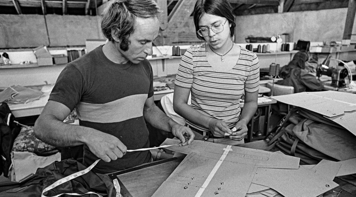 バックパックを再考するパタゴニア創業者のイヴォン・シュイナードと、当時の縫製担当だったヴァル・フランコ。1974 年 Photo : Gary Regester
