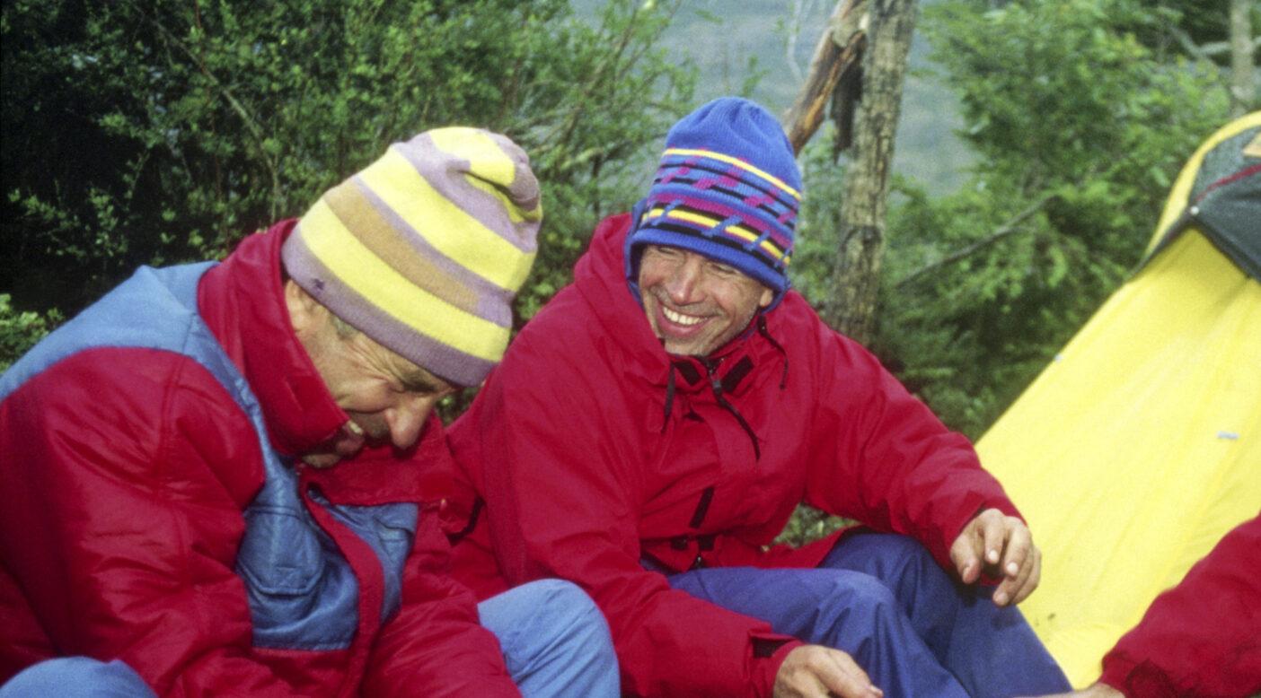 ダグ・トンプキンス(右)と、セロ・デ・ラ・パスに登る前のシーカヤックの旅にて。1989年、パタゴニア、チリ Photo : Rick Ridgeway