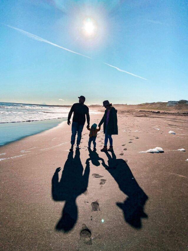 海岸を散歩する沙希さんファミリー。「子どもが生まれてから私も服を直す機会が増えました。パートナーの姪っ子や甥っ子もたくさんいるので、彼らの穴開き靴下は私が直しています」 写真:内田 沙希