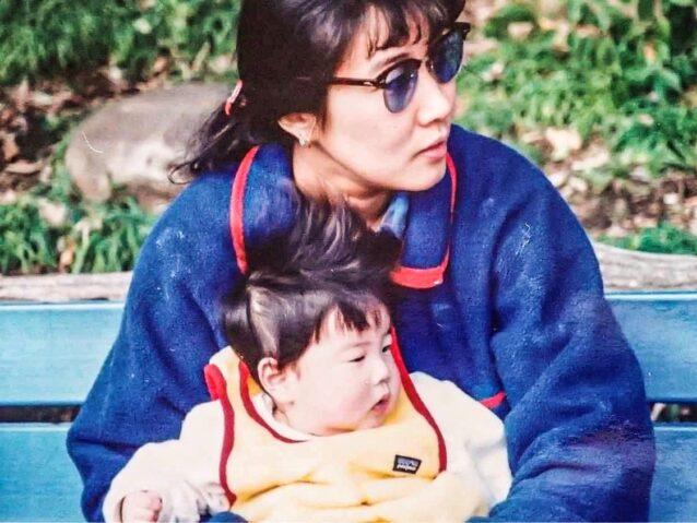 幼い頃の沙希さんを抱くヤーミーさん 写真提供:内田 沙希