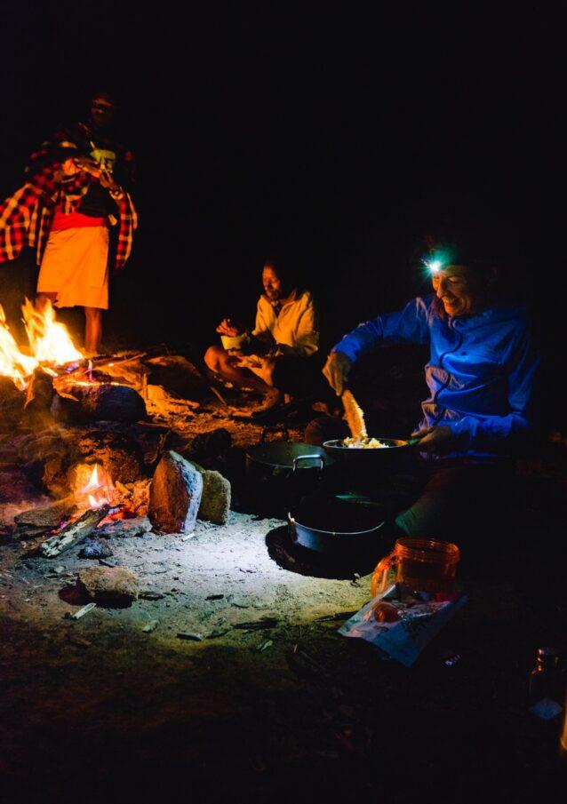 キャンプでの夕食。Photo:Eric Bissell
