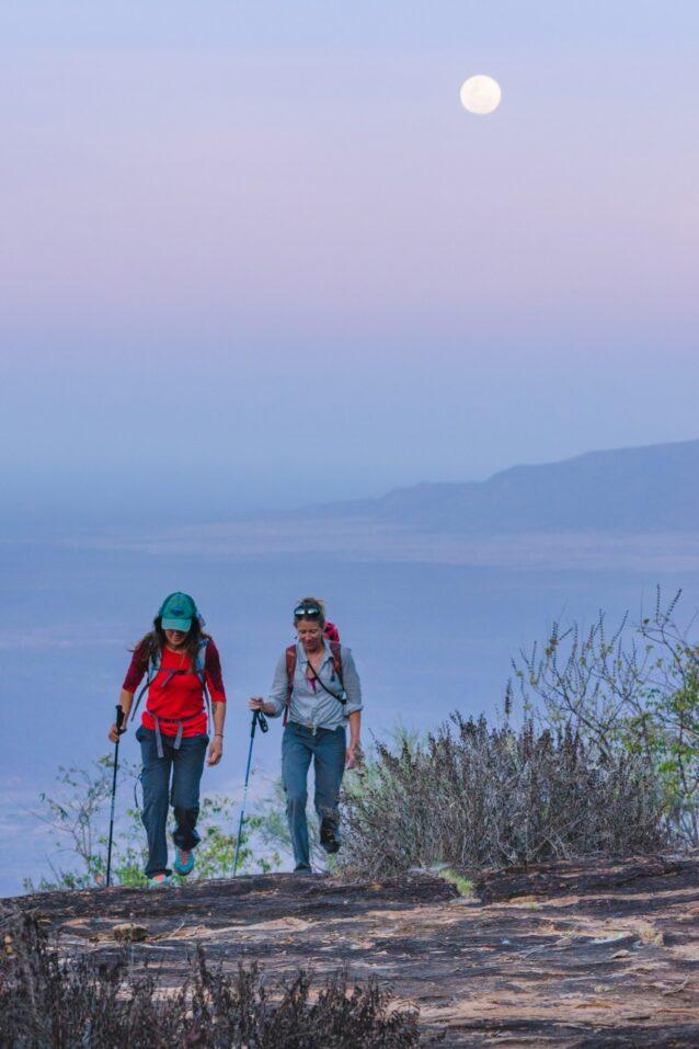 ケニアのオロロクエ山に向かう途中のケイトとブリッタニー。Photo:Eric Bissell