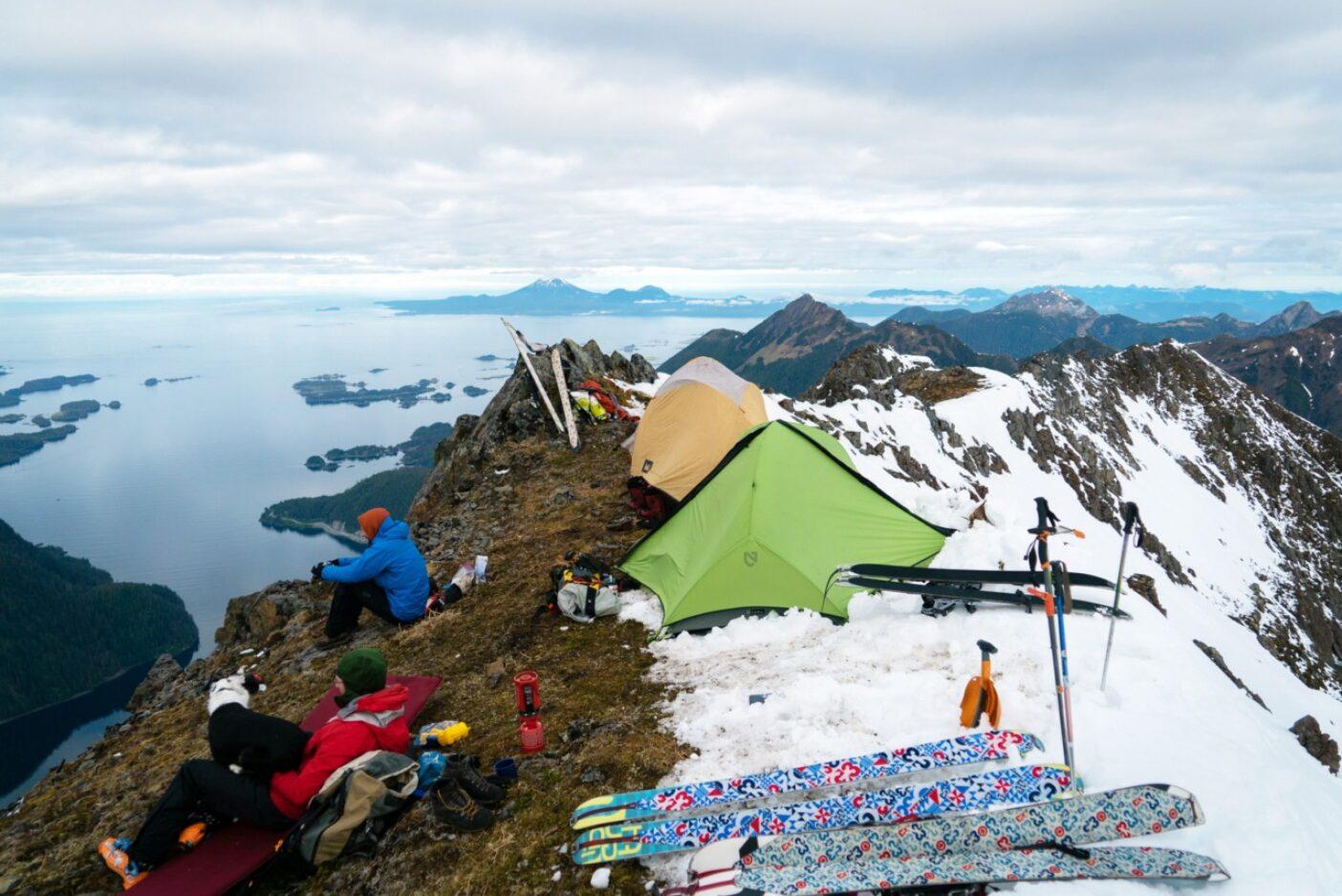 シトカサウンドを見下ろす絶好のキャンプ地。起きて、滑って、朝食。その後また滑る。写真:リー・ハウス