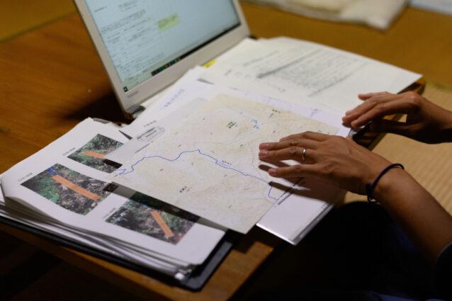 トレイル整備に必要な申請書類は膨大。作成の多くを枝里子さんが担う。 写真:下山 展弘
