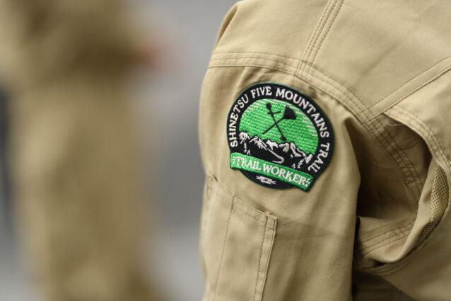 信越五岳トレイル整備のために石川がデザインした刺繍ワッペン。 写真:下山 展弘