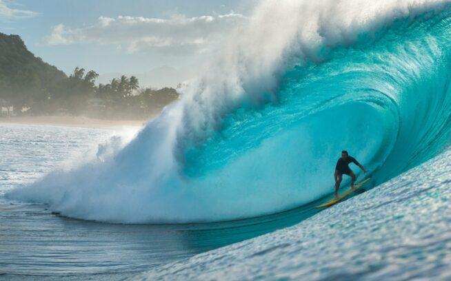 """リーフの上で炸裂するパイプラインの腹のなか、いつもどおりで佇むコール・クリステンセン。オアフ島ノースショア Photo:Ryan """"Chachi"""" Craig"""