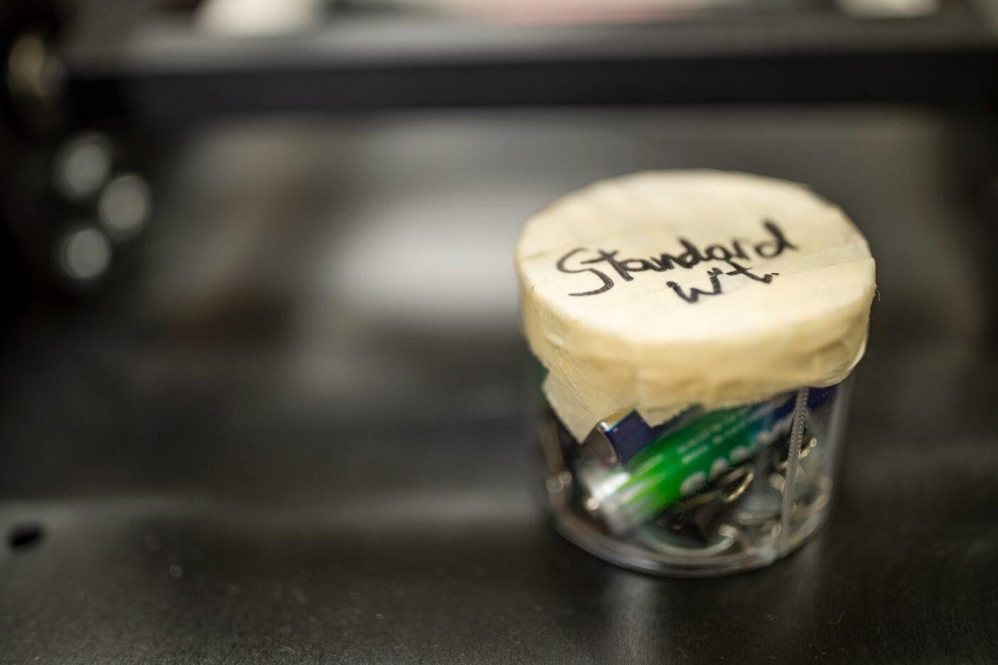 生地やインサレーションのロフトを測定するための基準となる重りを、パタゴニアの科学者たちは引き出しの中にあったガラクタから創作。Photo :  Tim Davis
