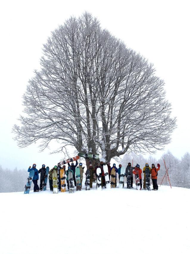 チャリティーセッション「Ride For Future」を開催。今にも土が出てしまいそうなほどわずかに雪が残るゲレンデで、最後まで思いっきり滑りを楽しみ、リフトの上では、気候変動をテーマに会話が弾んだ。