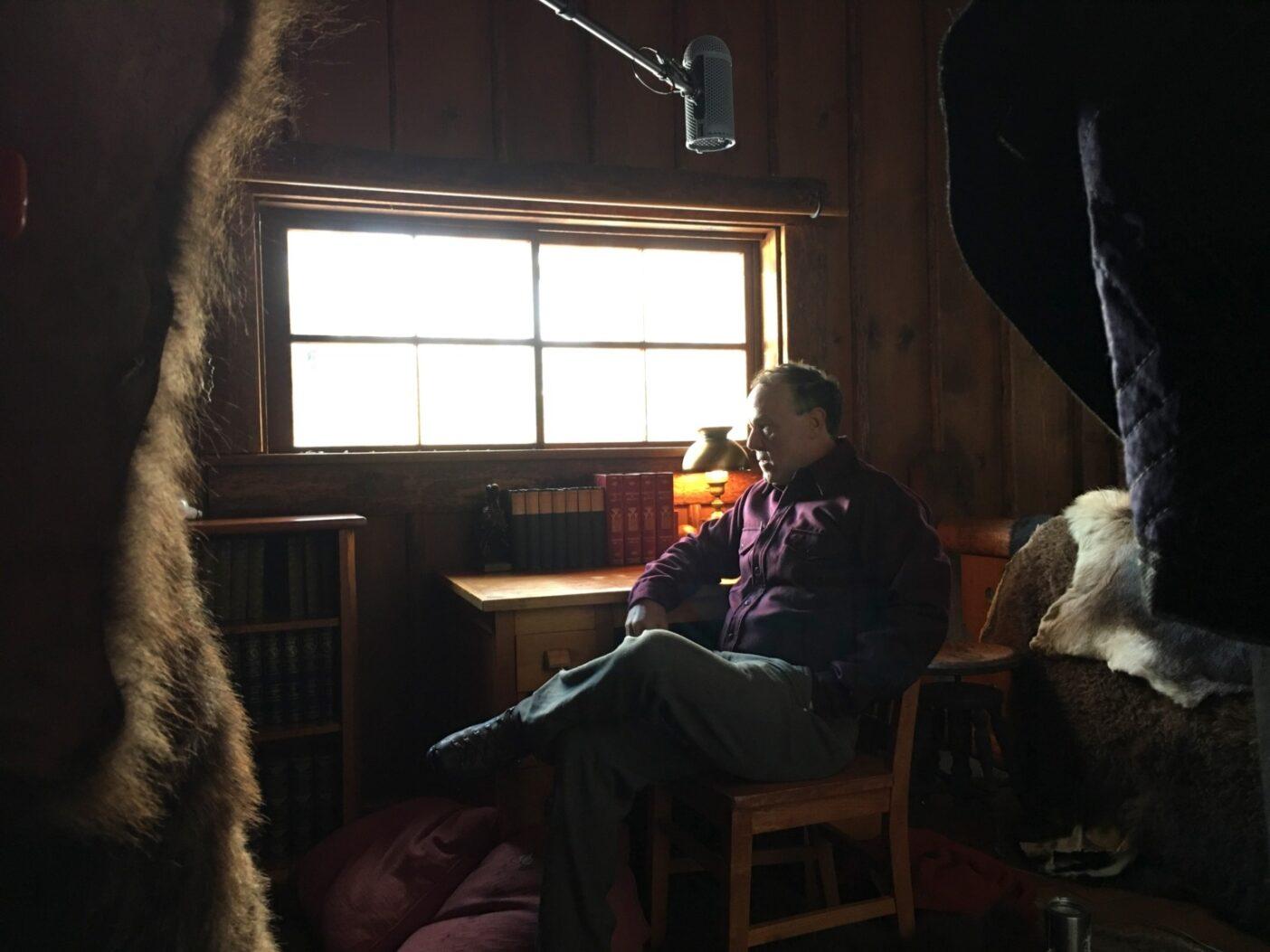 ハル・ハーリングとモンタナ州グリーナフのブラックフット・リバーの上流にあるフアニタ・ベロのEバーL牧場で3日撮影したあと。僕らがロッジで見つけたバッファローの皮はエコーを抑え、音質を高めてくれた。Photo:Jeremy Hunter Rubingh