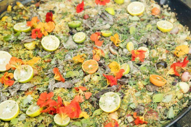 「Ome Farm」の旬の野菜を、丹波山のシカのスープで炊いたパエリア。仕上げに添えた柑橘は、この数日前に訪れた高知の農家からいただいたもの。「旅する料理人」の名にふさわしい、各地の食材の魅力と出会いが詰まったパエリアが完成した。写真 : 五十嵐 一晴