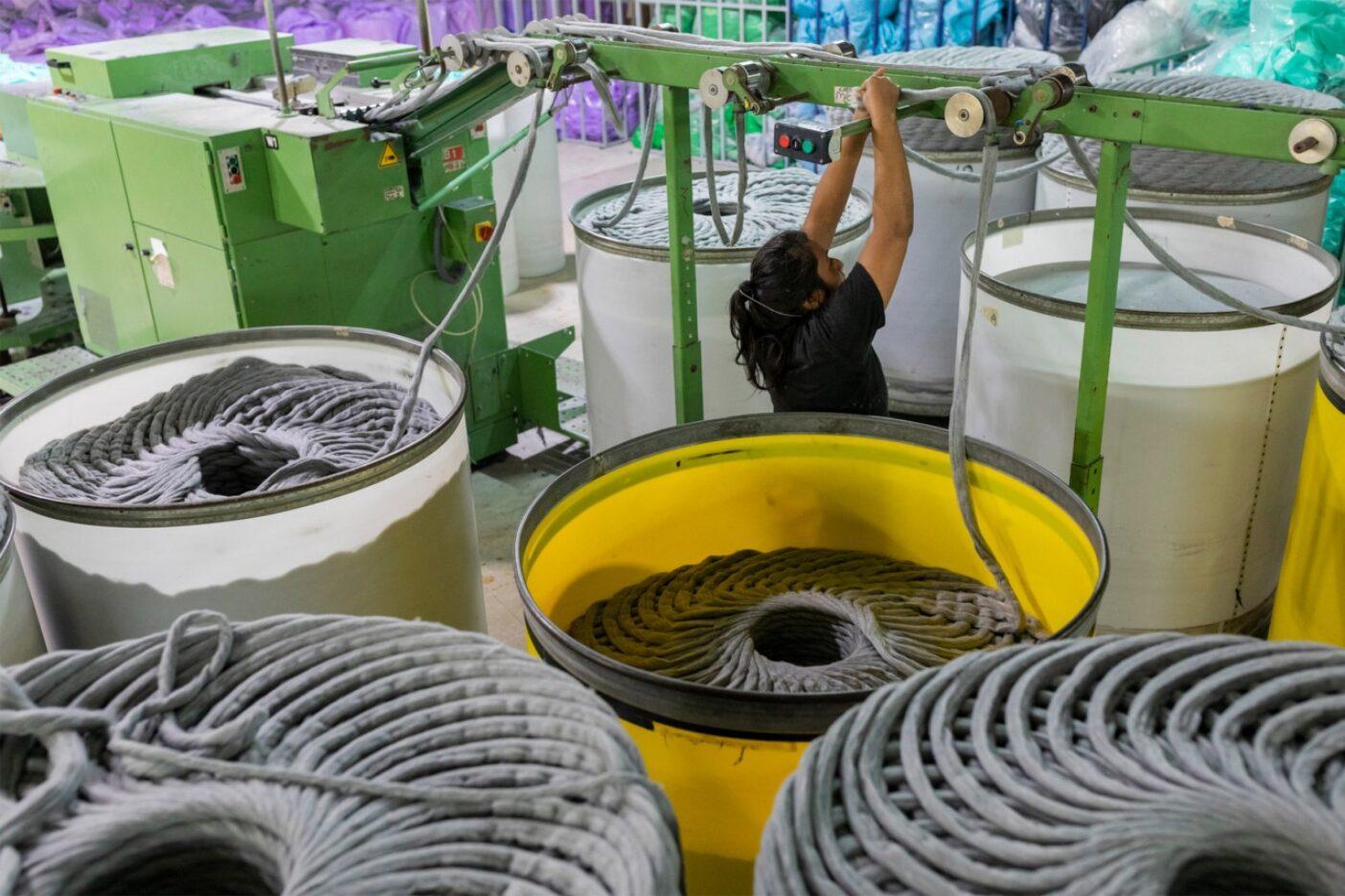 メキシコのメリダにあるパタゴニアのサプライヤー、ジオテックス工場でTシャツの糸へと紡がれるリサイクル・コットン。Photo:Keri Oberly