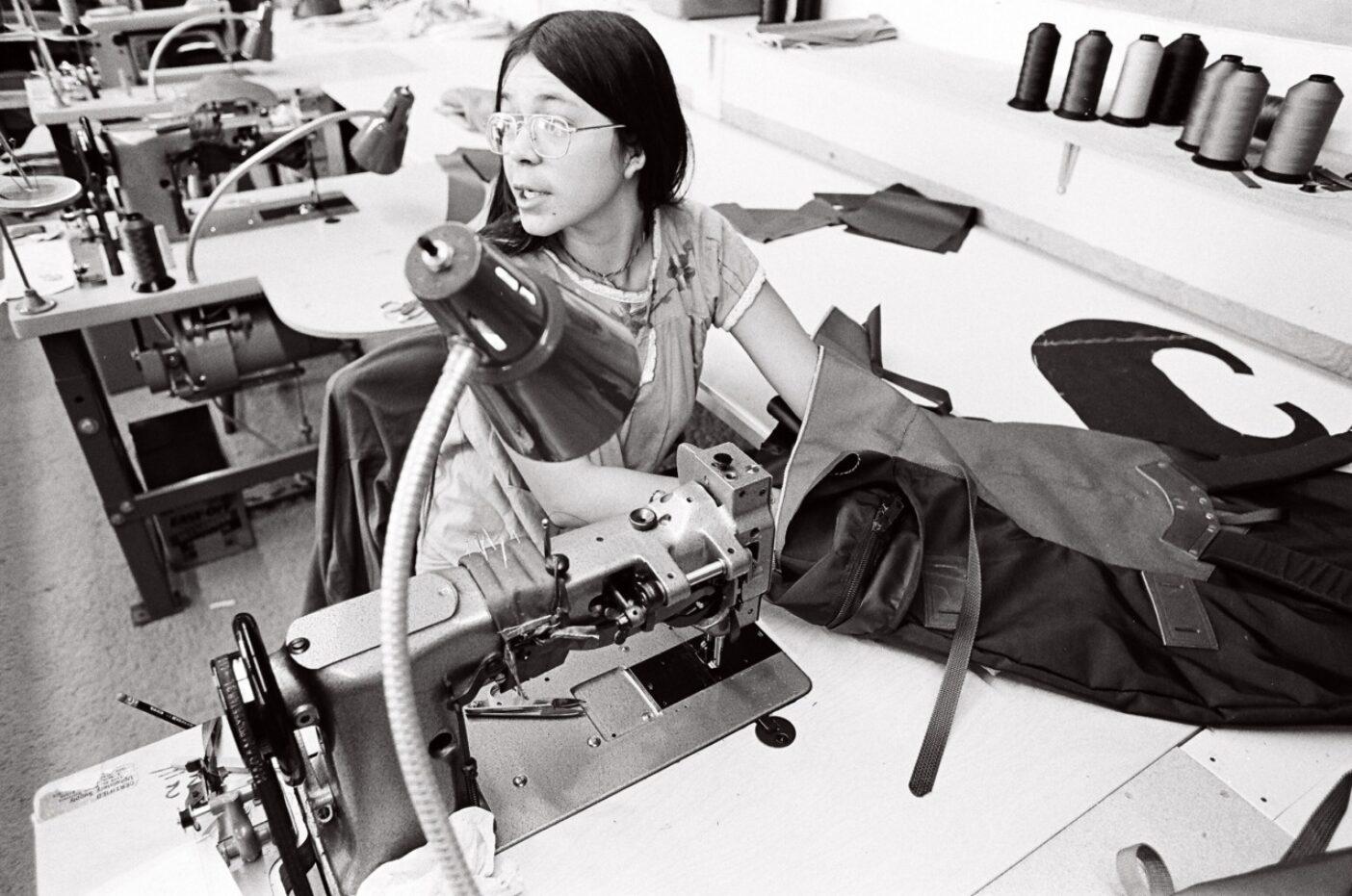 1973年シュイナード・イクイップメントのウルトラ・スール・バックパックに曲線の皮のストラップを縫い付けるという困難な仕事をする縫製マネージャーのヴァル・フランコ Photo:Gary Regester