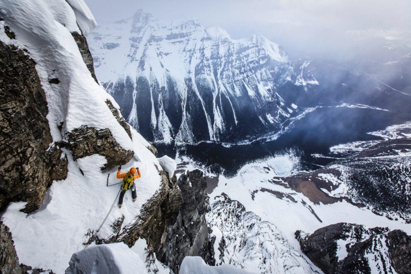 カナディアン・ロッキーのテンプル山ではめずらしい冬季登攀で、グリーンウッド・ロック・ルートの斜面で最終ピッチを終えようとするジョシュ・ワートン。Photo: Mikey Schaefer