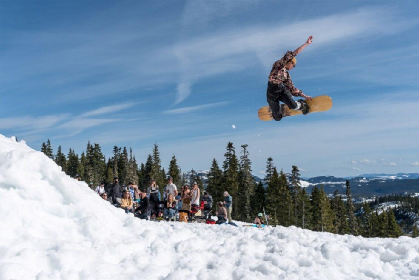 このボスはなかなかのやり手である。2019年のWestcoast Triple Plankの終盤、各地で3日間のイベントを指揮した疲れにもかかわらず、マリーはその合間に北西に向かって敬礼しながらフィニッシュラインのジャンプを決める。ブリティッシュコロンビア州ワシントン山 Photo: Colin Wiseman