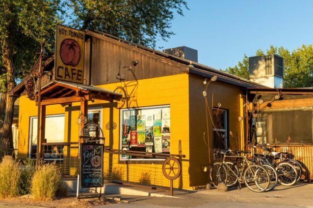 国立公園、森林、国定記念物を目当てに訪れ、ピザにあやかる。2005年に2人のサイクリストが創業したホット・トマトは、コロラド州フルータでお腹をすかせたハイカー、バイカーそして炭水化物に目のない人に東海岸式のピザを提供。Photo:Carl Zoch