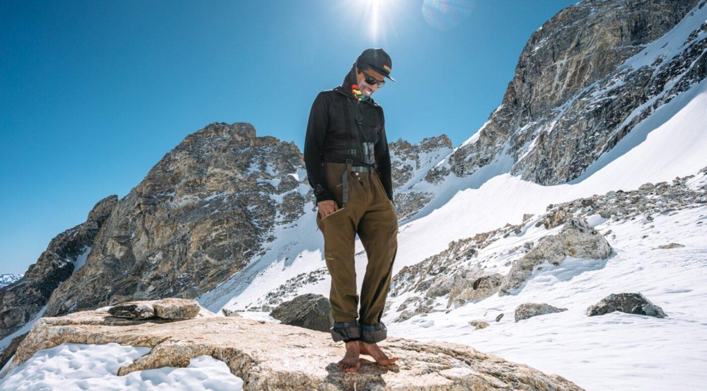 国際山岳ガイド連盟のガイドであり父親であるザハン・ビリモリアは、ビッグマウンテン・スキーという高リスクの環境で人を導く光のような存在だ。それは彼が豊富な知識をもつだけでなく、人を愛し、人と山を分かち合いたいと思うからだ。故郷のティトン山脈で高気圧の周期を楽しむザハン。ワイオミング州。Photo:Leslie Hittmeier