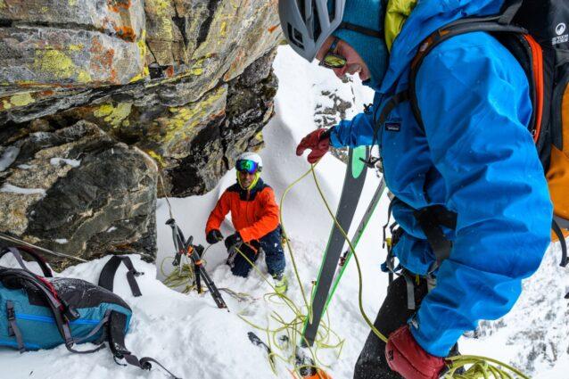 アンカーの設定や懸垂下降、そしてビレイがなければスキー日とはいえない。ティトンならではのお楽しみを味合うベン・ホイネスとザハン・ビリモリア。ワイオミング州グランド・ティトン国立公園 Photo:Fredrik Marmsater
