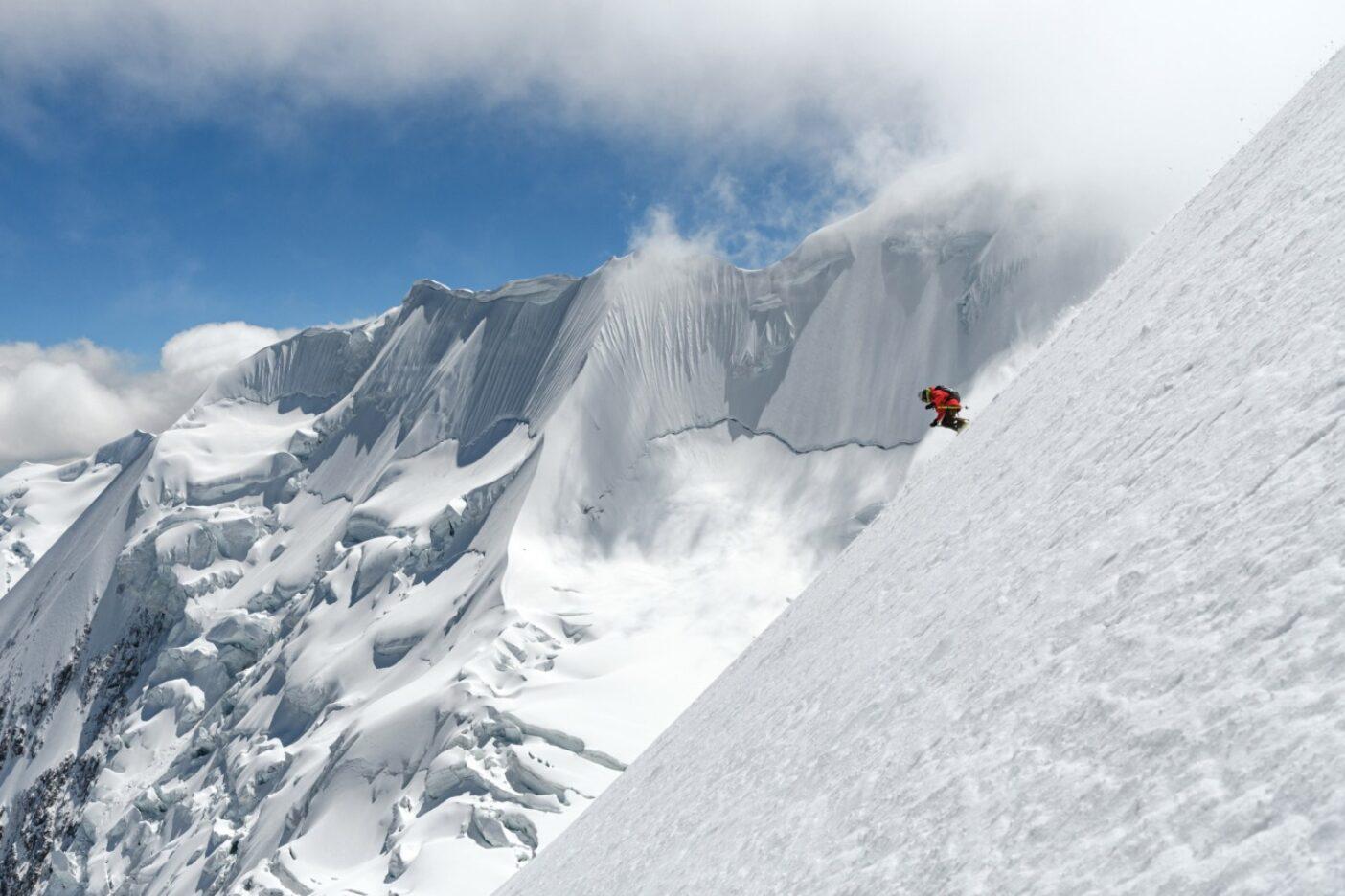 高山病と腹痛に悩ませられながらも6,438メートルのイリマニ山のノーマルルートでスキーをするザハン・ビリモリア。ボリビア、コーディエラ・レアル Photo:Fredrik Marmsater