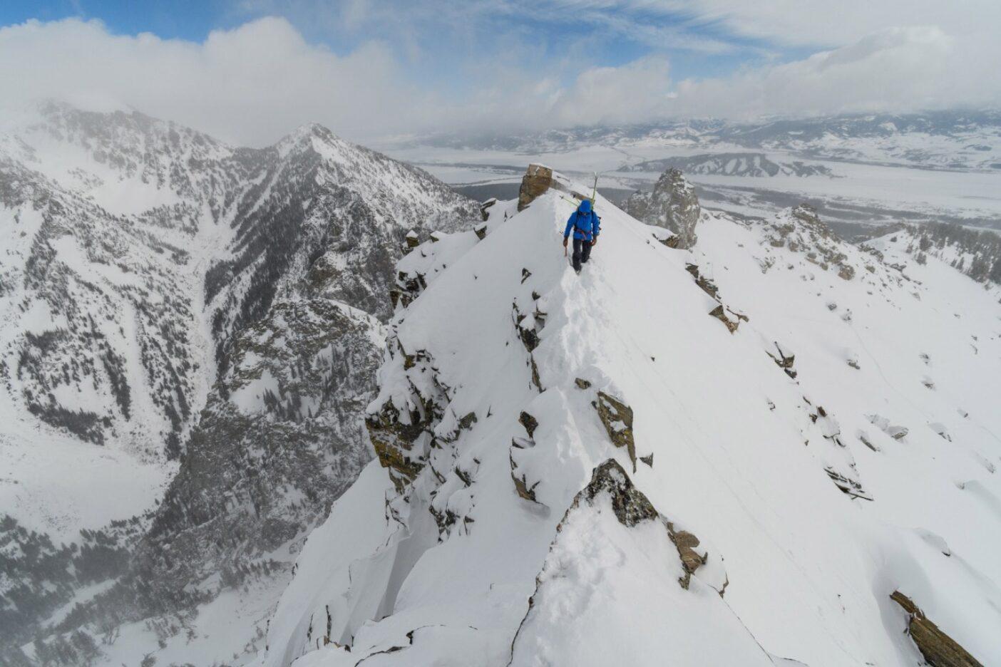 ザハンの人生は、その均衡がつねに変化するなかで、十分なリスクと高すぎるリスクのあいだにある境界線をいく。簡単な答えはない。あるのは山への愛とそれを人にも楽しませたいという願いだけ。ワイオミング州ティトン山脈Photo:Fredrik Marmsater