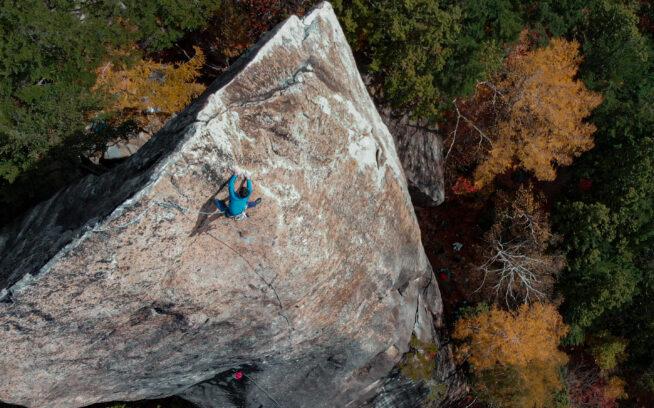マラ岩西面に眠るラインを探る。自然のキャンバスに魂を吹き込む時間。Photo : Takemi Suzuki