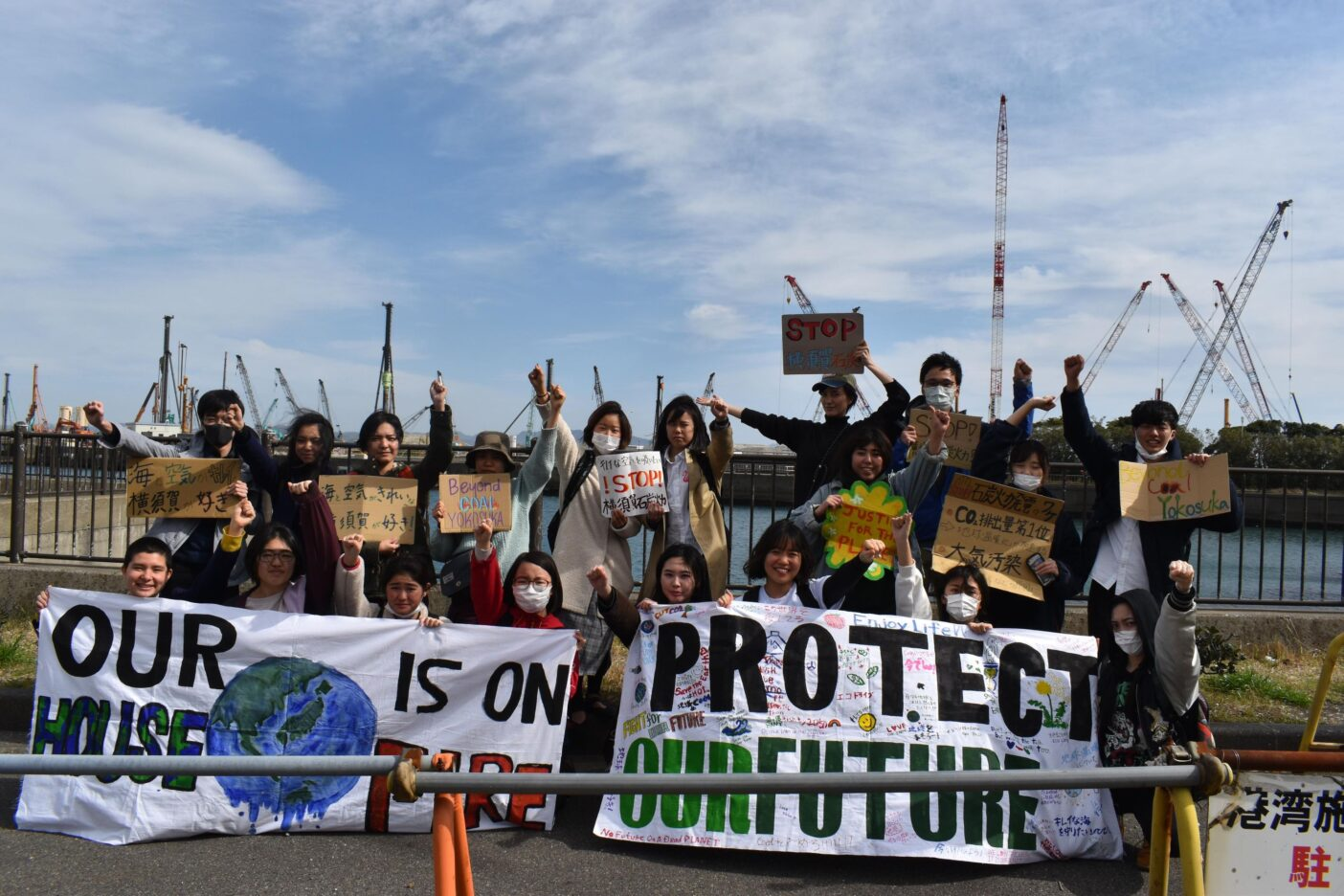 横須賀市議会前でのスピーチアクションのあと、コロナ禍でも2023年の稼働に向けて着々と建設されている横須賀石炭火力発電所。FFF Yokosukaとアクションに参加してくれた仲間とともに。写真:鈴木 弥也子