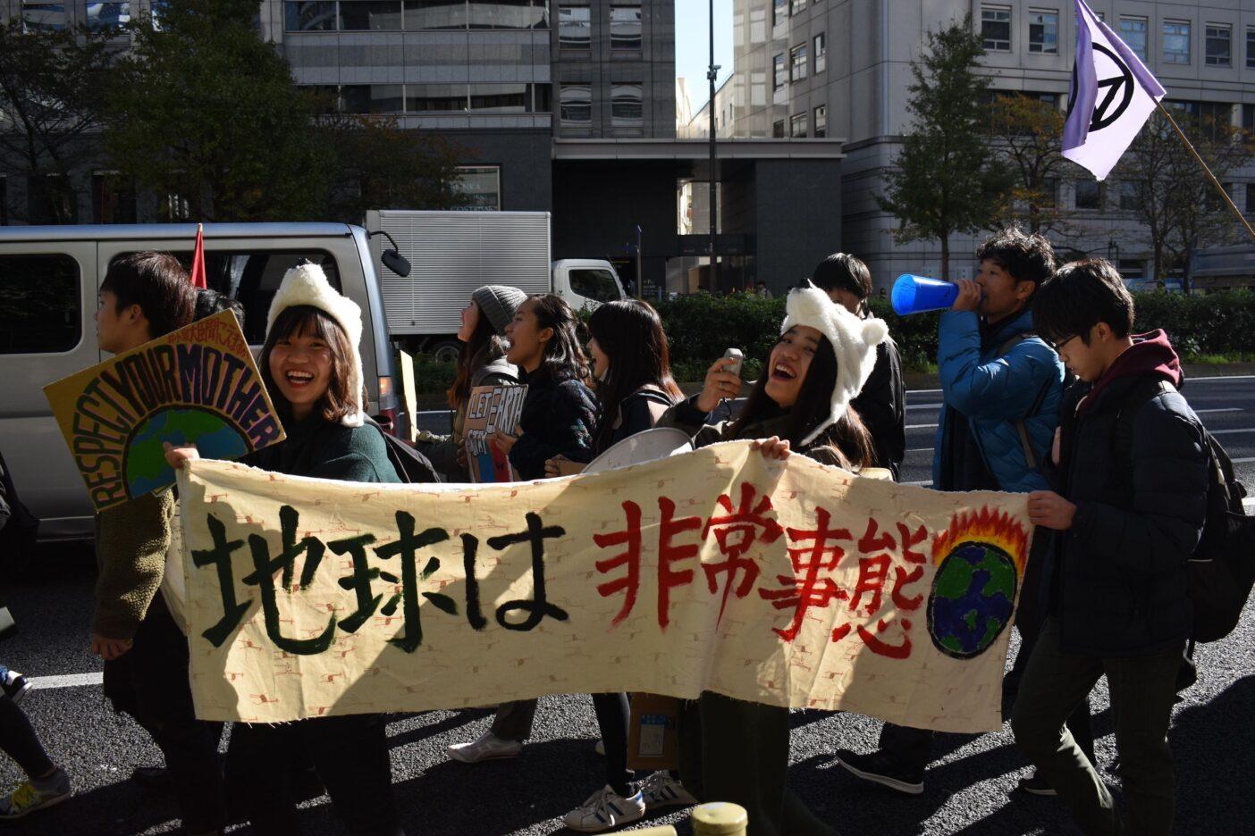 2019年11月世界一斉グローバル気候マーチにて、FFF Tokyoの仲間とコールをあげる。「What do you want?」「Climate justice!」「When do you want it?」「Now!」写真:鈴木 弥也子