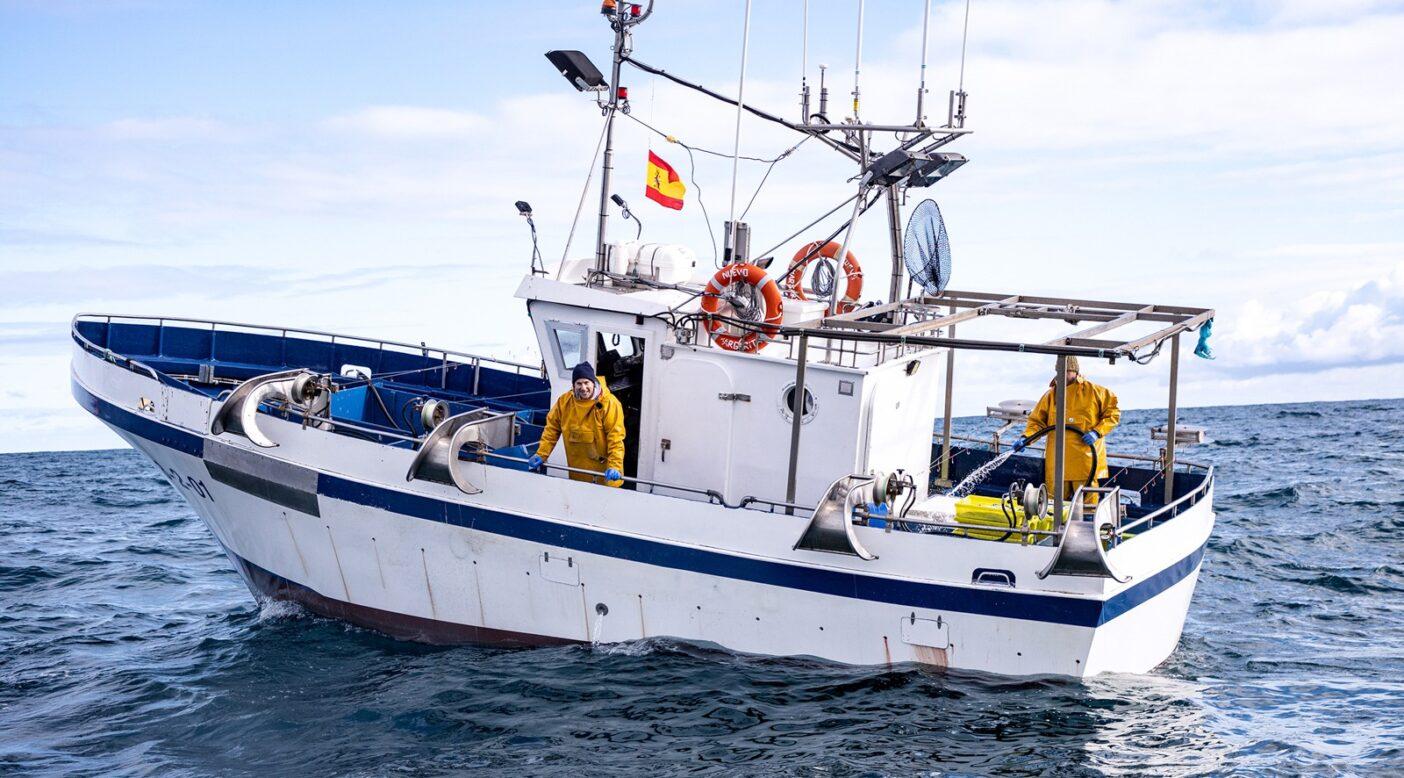スペイン北部カンタブリア沖のビスケー湾で、釣り針と糸のみを用いる漁を行う家族経営の漁船がタイセイヨウサバを求めて出航する。Photo: Amy Kumler