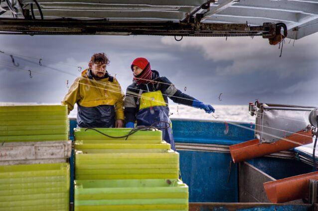 漁場に向かうサバ漁船サルバドル・パードレ号の漁師、アドリアン・フェルナンデスとルイス・ミゲル・フェルナンデス。Photo: Amy Kumler