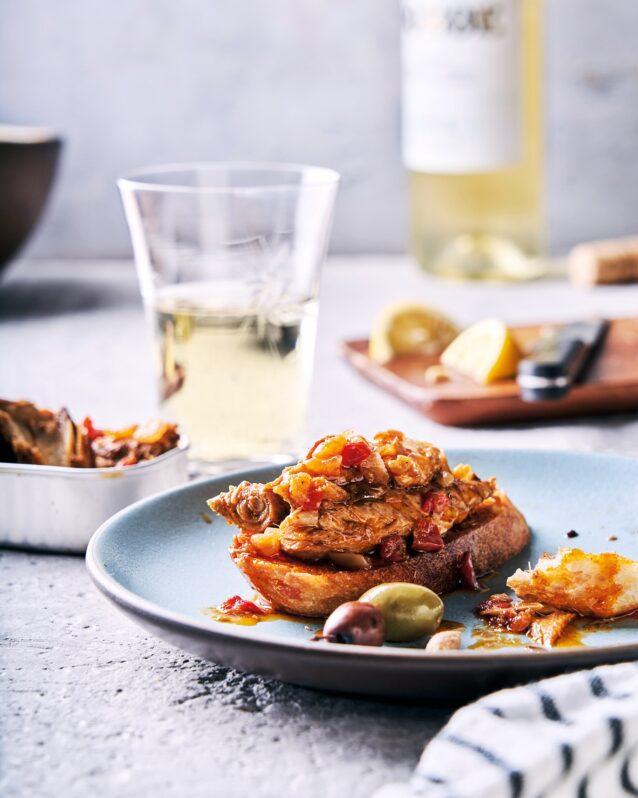 プロビジョンズのサントーニャ・サバ・オリーブオイル漬のスパニッシュパプリカを使った軽食。アルバリーニョ・ワインとともに。Photo: Thomas J.Story/フードスタイリング:Karen Shinto
