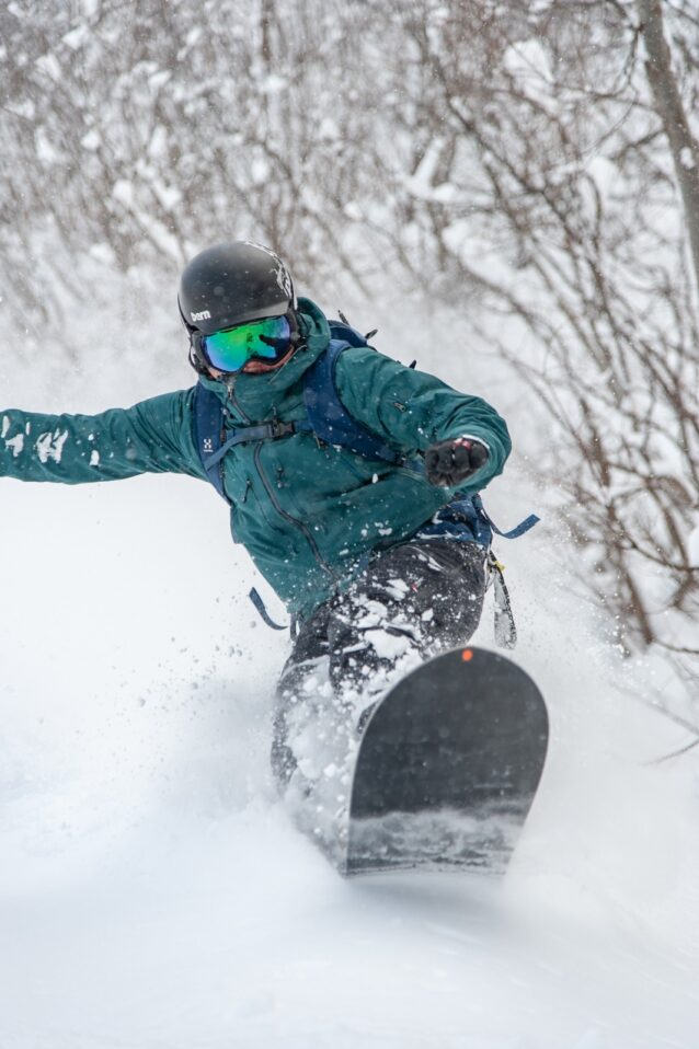 厳冬期のスノートリップではバックカントリーから車中泊まで24時間ずっと着っぱなしだ。薄くても保温力に優れコンパクトに運べるナノ・パフは、僕らのようなスノーバムにはもってこいの製品だ。Photo:Ayako Niki