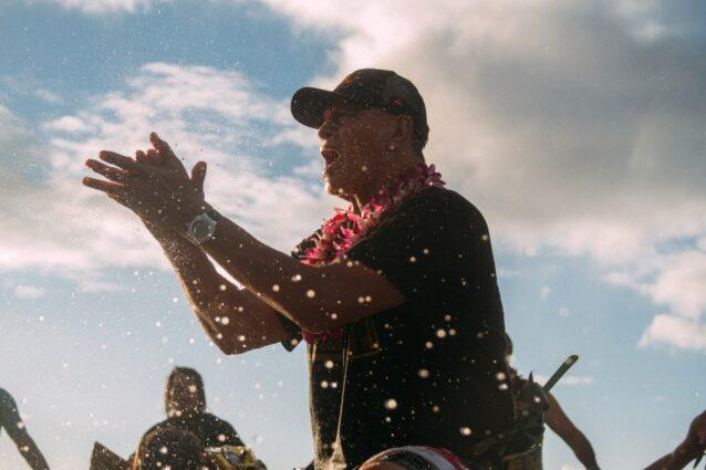 エディ・アイカウ・オープニング・セレモニーでパドルアウトを先導するクライド・アイカウ。オアフ島ワイメア湾 Photo: Matt Catalano