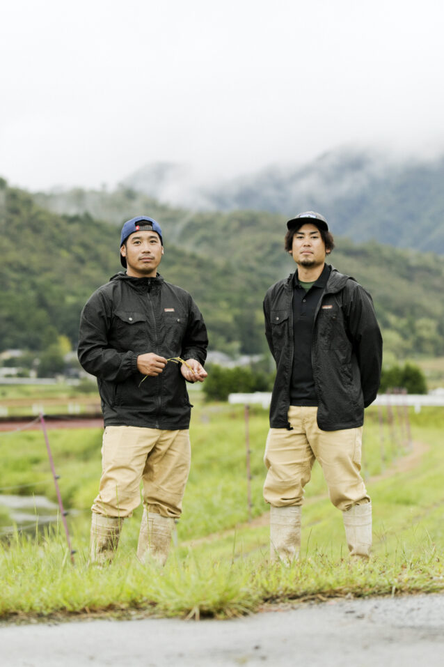 ワークウェアの着こなしのお手本のような荒木さん(左)と黒葛さん(右)。お気に入りの「スティール・フォージ・ウインドブレーカー・ジャケット」をお揃いで羽織って。写真:五十嵐 一晴