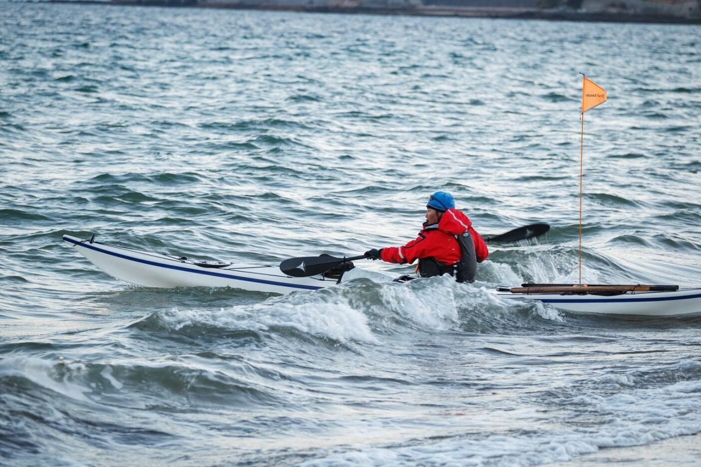 シーカヤックでの海峡横断など、厳しい海旅でもナノ・パフは活躍してくれた。これは瀬戸内海300kmを7日間かけて無補給で横断する『瀬戸内カヤック横断隊』に参加したときの一コマ。11月下旬の骨身に染みる寒さの中、ドライスーツの下にナノ・パフを着込んで漕ぎ続けた。 Photo:Makoto Yamada